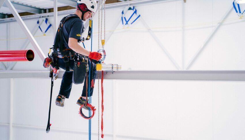 Prace wymagające dostępu linowego – w czym może nam pomóc firma alpinistyczna?